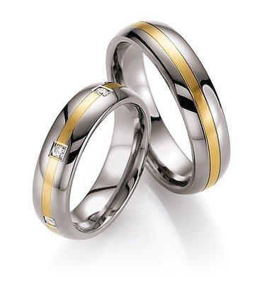Mooye trouwringen in titanium met geelgoud per paar
