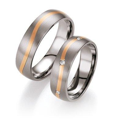 Mooye trouwringen in titanium met roodgoud per paar