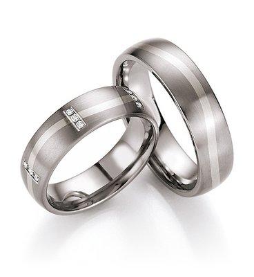 Mooye trouwringen in titanium met witgoud per paar
