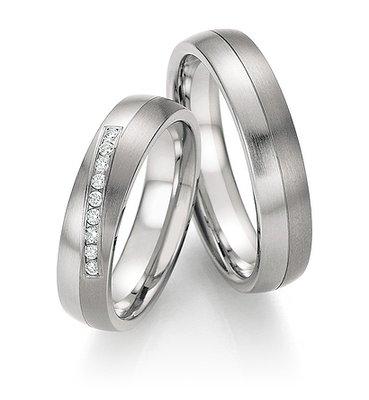 Mooye trouwringen in titanium met edelstaal per paar