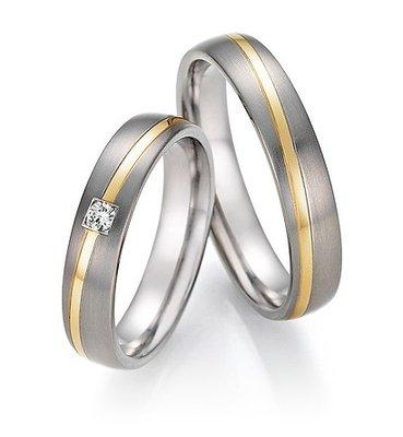 Mooye trouwringen in Titanium en geelgoud met diamant per paar