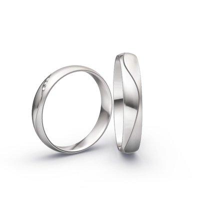 Mooye trouwringen in 18 karaat 750 witgoud en diamanten per paar